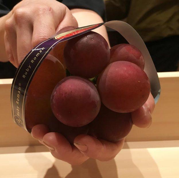 Гроздь винограда сорта «Римский рубин» продана на аукционе в Токио за 11 тысяч долларов